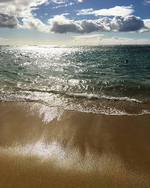 "Manaloha💙 on Instagram: ""🍍 * * キラッキラの海〜💙 * 砂までキラキラ✨ * この景色を見てる私の心まで キラキラしちゃうよ〜🤣✨💛 * 2月もどうぞよろしくお願いします🌴🌴🌴 * #kaimanabeach #カイマナビーチ #キラキラの海 #キラキラの砂…"" (790884)"