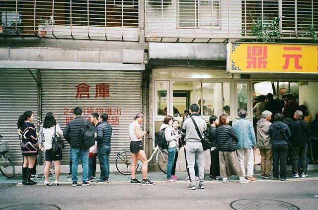 "Atsushi Tomita on Instagram: ""#鼎元豆漿#あいづち #大通り #豆漿 #一食 #runner #並び #つまらない話 #ぺ #Bremen #日乗#xa2#streetsnap #snapshot #台北 #永康街"" (791026)"
