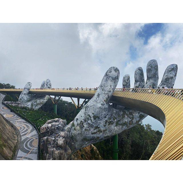 "noa on Instagram: "".🇻🇳#ベトナム #ダナン #バーナーヒルズ #ゴールデンブリッジ #vietnam #danang #banahills #goldenbridge"" (791036)"