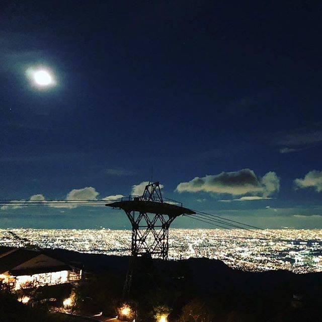"""神戸観光局 on Instagram: """"1000万ドルの夜景「六甲山」をご紹介✨ ・ 「六甲山」から見下ろす青く雄大なパノラマ景色は人生で1度は見ておきたい夜景のひとつ♩ ・ 神戸はもちろん、大阪平野部から和歌山方面までワイドに広がる景色が一望でき、日本夜景遺産にも選定されています。 ・…"""" (791159)"""