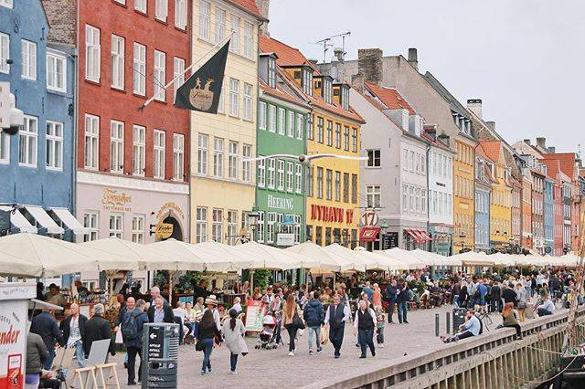 """さとー けんちょ on Instagram: """"・ ・ デンマークの首都、コペンハーゲンにあるカラフルな街並み、ニューハウン。 これぞヨーロッパという街並みで、カフェや雑貨屋さんが軒を連ねる、街歩きが楽しい港町。 ・ 初めての海外ひとり旅で、写真撮ってください〜っていろんな人にお願いしたのが思い出。 ・ ・ #目指せ…"""" (791328)"""