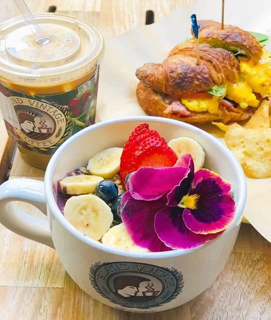 """LeaLea Hawaiian Village on Instagram: """"Aloha🌈 . 外が急激に寒くなり、雨予報の週末ですね💦❄️ 皆さまくれぐれも体調にはお気をつけくださいね🥺💕 . 大好きな @islandvintagecoffee でbreakfast 食べたいです💯😋🥪 . ーーーーーーーーーーーーーーーー…"""" (791419)"""
