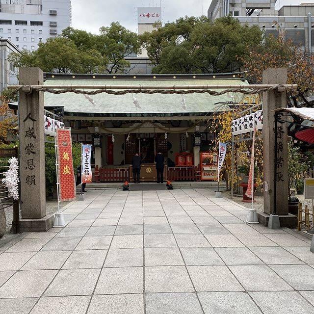 """こまいぬ on Instagram: """"露天神社 大阪市北区  人形浄瑠璃「曽根崎心中」のモデルとなるお初と徳兵衛のお話から、「お初天神」とも呼ばれています。  創建年代は古く1200年前とも言われているそうです。  縁結びの神社として有名な神社ですが、商売繁盛にもご利益があるそうですよ。…"""" (793298)"""