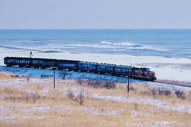 "Aoi Takeo on Instagram: ""根室本線は厚内から釧路まで海沿いを走る。音別付近では海に最接近する。もともと湿原だったところによくぞ線路を敷いたものだと先人の労苦が偲ばれる。おかげで太平洋の素晴らしい景色を眺めながら汽車旅をすることができる。 根室本線音別-尺別  Nemuro Main Line runs…"" (794037)"