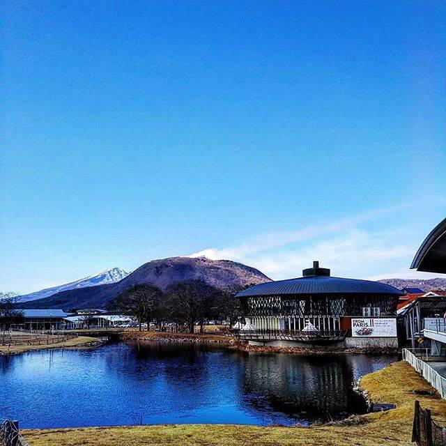 """momoichi on Instagram: """"軽井沢アウトレット。壊れたサングラスと同じ物を入手。天気も良く、楽しめました。#軽井沢#プレミアムアウトレット#青空"""" (794513)"""