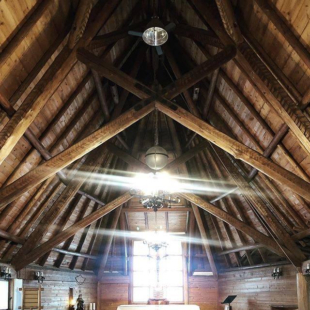 """Raybun Funaki on Instagram: """"外観からの質素な印象を裏切る豊かな内部空間。構造材であるシザーズトラス、登り梁が現しで構造そのものがデザイン。材も丸太で質素だが迫力がすごい。仕上げや装飾の贅肉が全く無い。…"""" (794520)"""