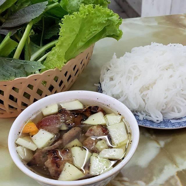 """@sakusakumasuda on Instagram: """"ベトナムのホーチミンに来ました😊 まだ着いたばかりで、街の雰囲気に 圧倒されてます💦 もうすでに、日本語を話す怪しいベトナム人に 声をかけられました😳 短時間に2人も! これは、ベトナムのつけ麺、ブンチャー。 甘酸っぱいつけ汁に浸して食べます。 もりもり野菜は、食べ放題!…"""" (800638)"""