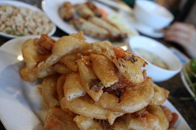 """@jade__na on Instagram: """"Ho Tay/西湖名物のBANH TOM えびに衣つけてあげたかき揚げのような料理で、甘酸っぱいたれつけて食べます さくさくで止まらない〜 それと一緒に海老の揚げ春巻き、あさりの蒸したもの、チャーハン、牛肉を炒めたものもNamさんにご馳走になりました。…"""" (800656)"""