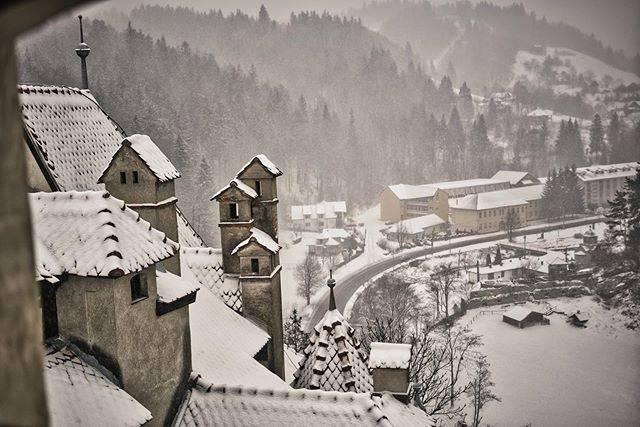 """Mochipasta on Instagram: """"東京でもゆきが降りそうですね。ルーマニアはほぼ雪でしたが。これはドラキュラで有名なブラン城です。#ルーマニア #ブラン城 #brasov #雪#今日も眠い"""" (806421)"""