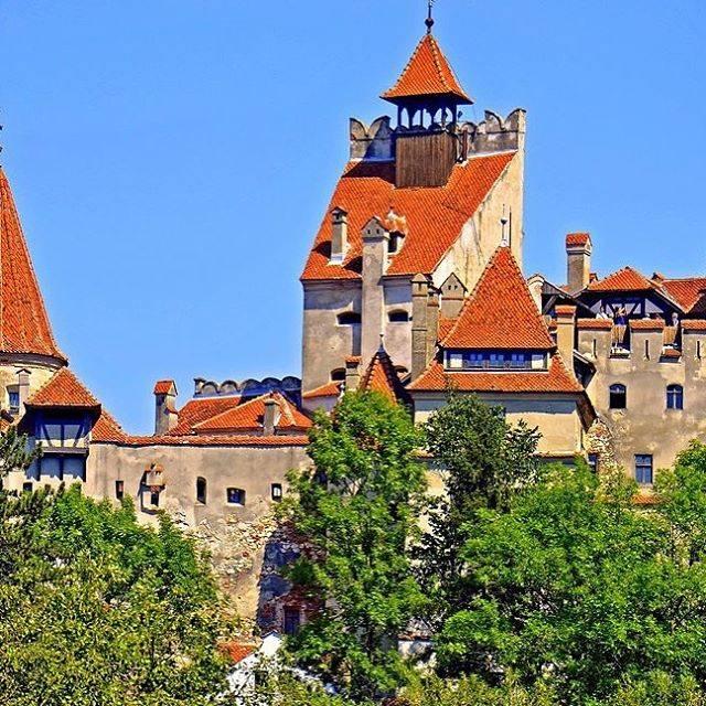 """高尾真也 on Instagram: """"吸血鬼ドラキュラ居城のモデル「ブラン城」 ルーマニア第二の都市ブラショフから南西へ約30km、ブチェジ山麓の小村の岩山に聳えています。 . #ブラン城  #ドラキュラ #ルーマニア #自由人 #ルーマニアおすすめ場所 #ブロガー #フリーライフ #海外旅行…"""" (806422)"""