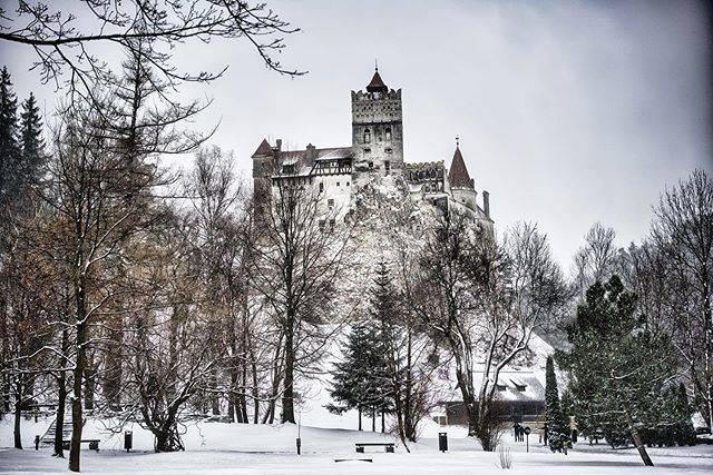 """Mochipasta on Instagram: """"ドラキュラで有名なブラン城。晴れの日にまた見たいです。#rumania #ブラン城 #寒かった"""" (806424)"""