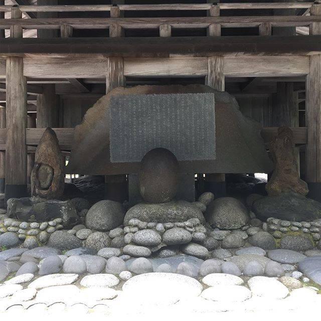 """占導師 幸輝 on Instagram: """"左から女石、玉石、男石です。  先日行った秋田の唐松山天日宮の裏にある子宝に恵まれる石です。前回祈祷の時に同時に載せようとしましたが、動画と写真が同時ができなかったので、遅れながらもアップします。  昔から、この石を撫でると妊娠すると言われています。…"""" (807285)"""