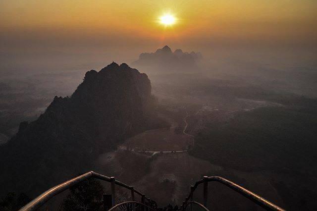 """Satoshi Y on Instagram: """". 🇲🇲Taung Wine Mountain Sunrise🌄 2週間ちょいぶりに朝陽を拝みに登山⛰ 今回も登りは35分、下り18分。 400mふうんかもですが、やっぱり登りはきついです。 道は整備されており、スニーカー問題なし。現地人はサンダル🤔…"""" (809995)"""