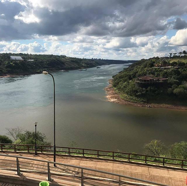 "Tomoko Uesugi on Instagram: ""Argentina 🇦🇷Iguazú  Brasil 🇧🇷 Paraguay 🇵🇾 パラナ川とイグアス川 を挟み  手前側のアルゼンチン🇦🇷 左側の陸がパラグアイ🇵🇾 右手側のブラジル🇧🇷 三国国境線✨  #アルゼンチン #イグアス #3国国境 #南米 #パラグアイ #ブラジル…"" (813467)"