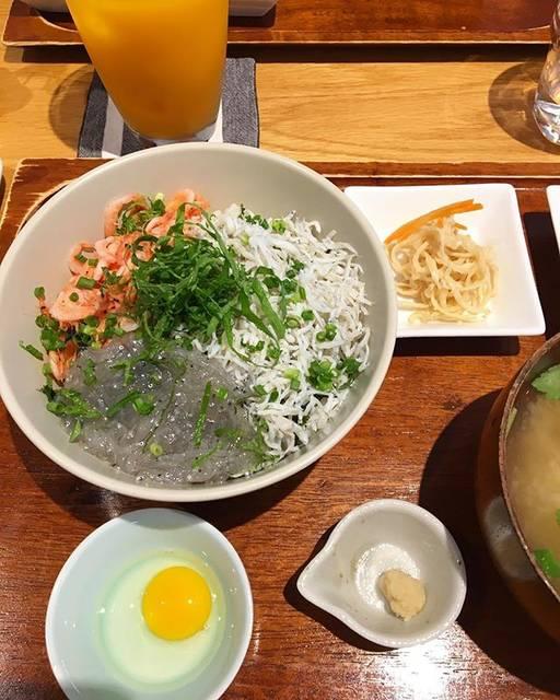 """masako on Instagram: """"癒しの♨️幸せな休息でした素敵な満月旅をありがとう🌕#三色丼#生しらす#キチプラス#kichiプラス"""" (818531)"""