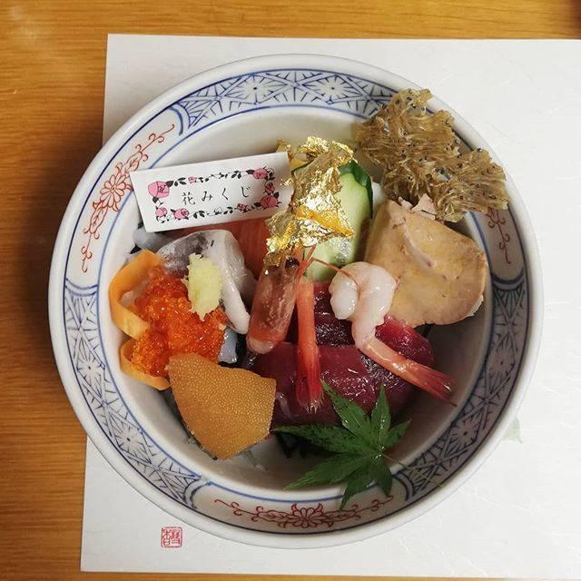 """yumi shoji on Instagram: """"熱海「こばやし」夢ちらし。おみくじ入ってるなんて変わってる。#海鮮丼 #熱海こばやし #熱海 #海の幸とわたし #海の幸"""" (818551)"""