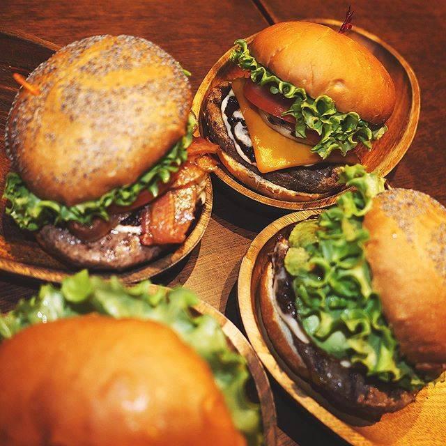 """クア・アイナ/KUA'AINA(公式) on Instagram: """". ALOHA🌺 . 暖かくてお天気も良くて 最高の3連休中日ですね! . 写真は大人気のBBQ4兄弟 お気に入りは見つけられましたか〜?😎 . KOKO . #kuaaina #hawaii #hamburger #gourmetburger #sandwich…"""" (821162)"""