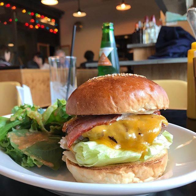 """SIN  HAMBURGER 🦁 ハンバーガー 愛好家 🍔 on Instagram: """"GOLDEN BROWN 表参道 🍔ベーコンチーズバーガー🍔 たまには会社近くでランチバーガー😋  #goldebrown #ゴールデンブラウン #表参道 #表参道ランチ #表参道カフェ #表参道ヒルズ #表参道グルメ #表参道店 #omotesando #hamburger…"""" (821163)"""