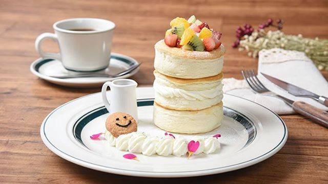 "gram(グラム)ベイエリア函館店 on Instagram: "". . スマイルパンケーキ 明日4月1日(月)より ベイエリア函館店にて 数量限定販売致します☺︎ . gramの看板商品「プレミアムパンケーキ」が進化し、 新たな看板商品として誕生しました。 .  1段目は、たっぷりのフルーツを贅沢にトッピング!…"" (824395)"