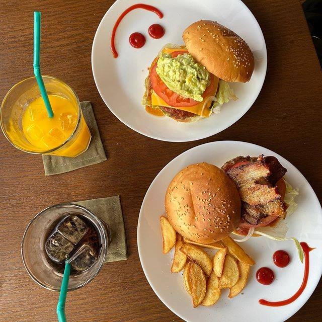 """かけるASTRAL on Instagram: """"沖縄といえば! ステーキ!ハンバーガー! というわけで首里にきた際はズートンズへ!  国際通り界隈ではパンケーキ屋さんがほぼありません。でもここズートンズはふわふわのパンケーキが食べられます!  妻も大喜び! 僕はベーコンバーガーが美味しすぎて大喜び!…"""" (824469)"""