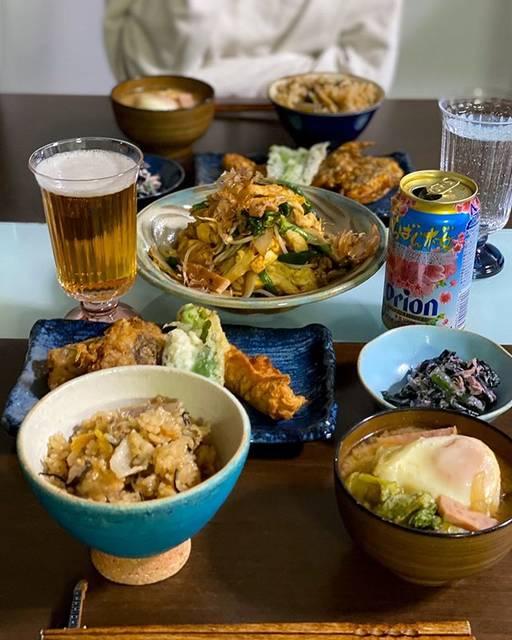 """emi on Instagram: """"珍しく晩ごはんpic。 ㅤㅤㅤㅤㅤㅤㅤㅤㅤㅤㅤㅤㅤ 今日は沖縄料理day。 お祝いなのでじゅーしーを炊きました。 ㅤㅤㅤㅤㅤㅤㅤㅤㅤㅤㅤㅤㅤ ・じゅーしー ・味噌汁 ・フーチャンプルー ・もずくの天ぷら ・オオタニワタリの天ぷら ・さかなの天ぷら ・ハンダマとツナのしそまよ和え…"""" (825054)"""