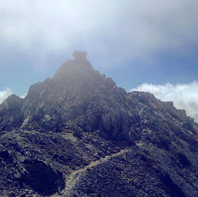 "Ishihara Akihiro on Instagram: ""#pureland  立山山頂。 何という神々しさでしょう。  立山山麓一帯は、奈良時代より山岳信仰が根付いていており、仏教でいう浄土の象徴とされます。 この光景を見ると、信心深くもなりますね。  大汝山へ向かう途中より立山山頂 2017年9月撮影  #立山 #立山連峰…"" (825246)"