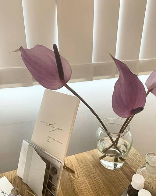 """faye_ on Instagram: """".雨でもsalonでは、雨音がBGMかのように落ち着いています。.今、入ってすぐのお花や鏡前のお花は@lilyofthevalley_333 によるもの。.薄紫の絶妙な色がなんとも言えない美しさです。.#faye#fayebotanica"""" (825352)"""