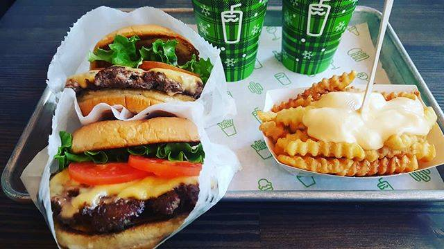 "AYAKA on Instagram: ""シェイクシャックの肉々しさ大好き❤チーズポテトもくせになるウマさ☺たまーに高いハンバーガー🍔も食べないとね✨#shakeshack #shakeshack東京国際フォーラム店  #shackburger #cheesefries #fiftyfifty"" (826133)"