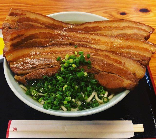 """TAISHI on Instagram: """"今日の昼飯 那覇にある田そばさんの三枚肉そば 大 冗談抜きでドンドンドンと乗って出てくる三枚肉はお肉好きの人にはたまらない一杯。数に限りがあるので、早めに並びに行かないとほぼ食べれない。 #田そば #沖縄 #そば #肉 #肉好き #デカ盛り #ビッグ #三枚肉…"""" (826306)"""