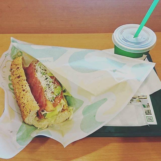 """ねこたん on Instagram: """"店員さんの声が小さくて、朝サブセットの意味が分からず…結局は普通のセット。朝サブはパンが半分で野菜が2種類って事なのかなぁ?でも、それじゃ足りない(笑)#朝サブ#subway #サブウェイ#サンドウィッチ #意味がわからない#モーニング#morning"""" (826562)"""
