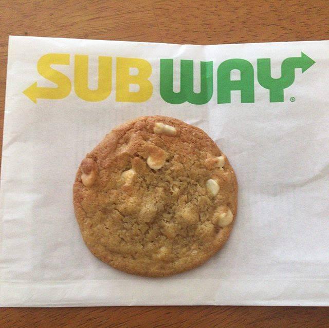 """こんにゅく on Instagram: """"サブウェイのWhite Chocolate Macadamia Nut Cookie😍しっとりというかチューイーって感じで最高です!サブウェイといえばクッキーになりつつある笑 #subway #whitechocolate #macadamianuts #cookie…"""" (826594)"""