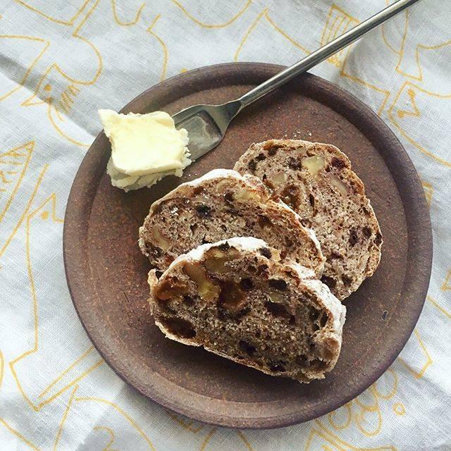 """Bread Lab on Instagram: """"水円さんのくるみとカレンツのパン。いつも以上に噛み締めながら食べた朝。「慈悲深い」という言葉がしっくりとくるパンにたまに出会う。水円のパンはまさに、だ。 #breadlabsuien #breadlabokinawa  #bakerysuien #breadandbutter…"""" (826954)"""