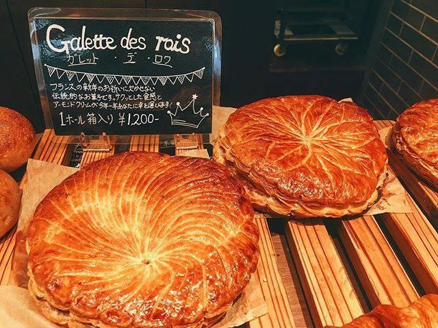"""パン・ド・カイト那覇西町店 on Instagram: """"こんにちは、パンドカイト那覇西町店です。今週から『ガレットデロワ』の販売を開始しております。フランスでは新年のお祝いに欠かせない伝統的なパイ菓子です。 予約も受け付けております。お気軽にご連絡ください。 . . #paindekaito #paindekaito那覇西町店…"""" (827001)"""