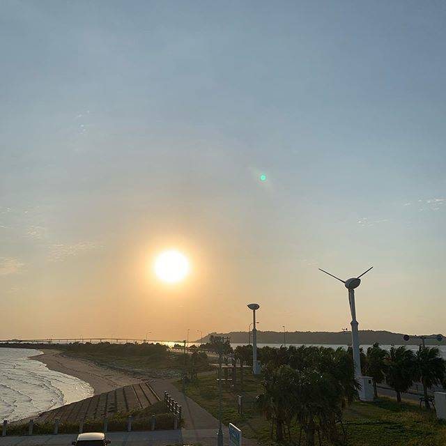 """カラチ on Instagram: """"3月16日。快晴。日の出。#海中道路 #浜比嘉島"""" (827223)"""