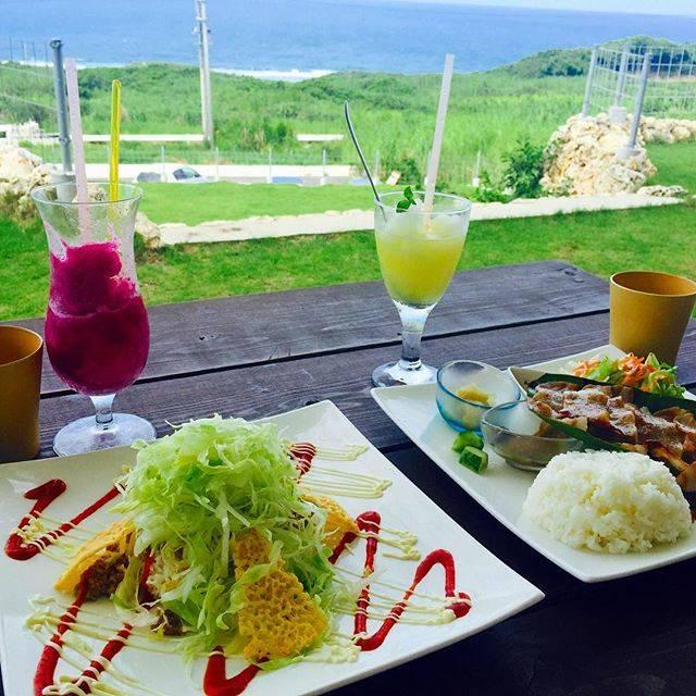 """いまいももこ on Instagram: """".オーシャンビューのカフェ!波の音と海の風がきもちいい〜😌✨.#cafeフクルビ#沖縄旅行#おきなわ#沖縄ランチ#タコライス#ドラゴンフルーツスムージー#絶景#テラス席#オーシャンビュー#風#きもちいい#波の音#癒される#なちこ"""" (827338)"""