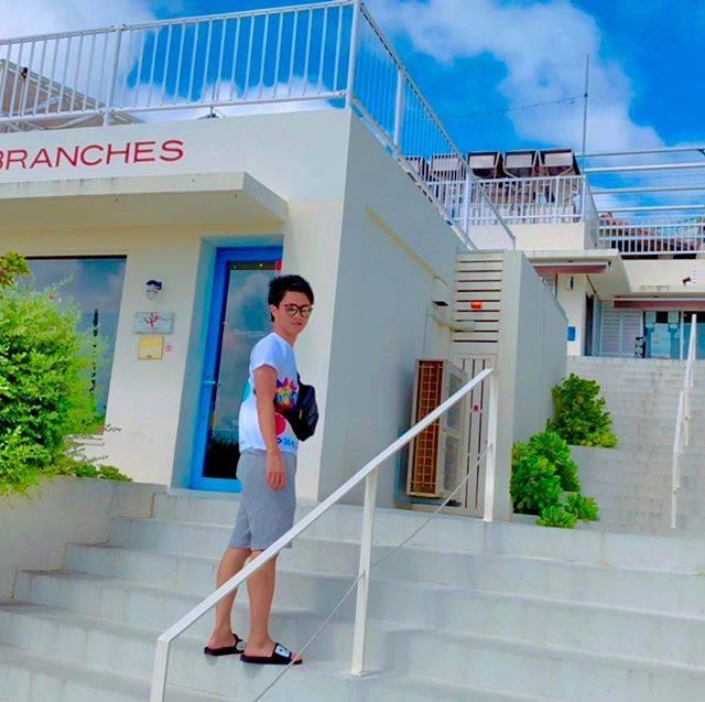 """梶原紹良(27歳 / 大阪) on Instagram: """".  2泊3日沖縄旅行のはずが 台風で飛行機が欠便になったので 急遽延泊して3泊4日楽しんできました☺️  ダイビングしたり ウミガメと触れ合ったり ホテルも最高でした!  次は石垣島とか離島に行きたい🏝  #沖縄 #沖縄旅行 #ウミガメ…"""" (827925)"""