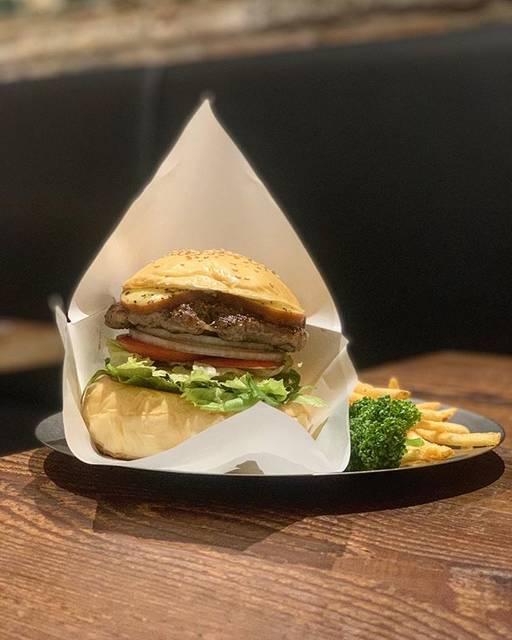 """た く を on Instagram: """"* 吉祥寺駅近のWAKIE WAKIE。  実は新宿のあの @chattyburger の系列店なんです。  オリジナルのパティ🥩はステーキのようなジューシーさ、そしてオリジナルのバンズ🥯はベーカリーでオーダーメイドで作られているというこだわりにこだわり抜いた逸品です。…"""" (829116)"""