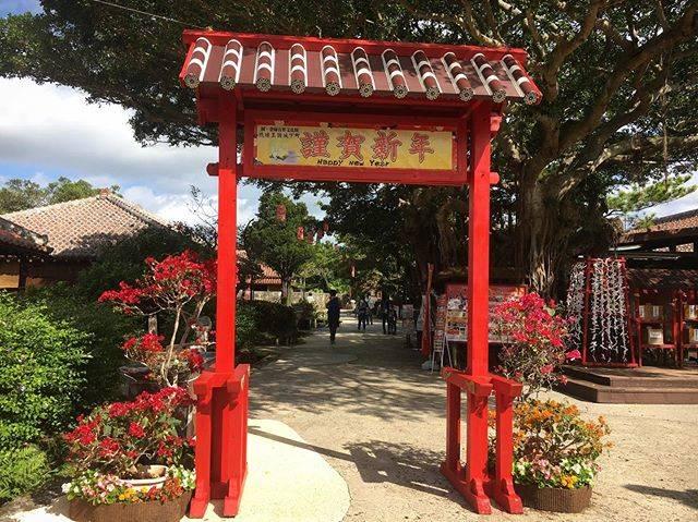 """おきなわワールド(文化王国玉泉洞) on Instagram: """"お正月気分もそろそろ落ち着いてきたこの頃ですが、もともと旧暦でお正月を祝っていた沖縄は、まだまだお正月期間なんです!  王国村では、めでたい歓迎門と提灯飾りでお客様をお迎えしています✨ 青空に赤い門が映えて、記念撮影にもピッタリですよ〜😊 期間は1月26日頃まで!…"""" (829191)"""