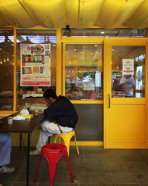 """細矢 仁 on Instagram: """"上間天ぷら  沖縄地元の天ぷら屋さんかつ、弁当屋さん。 奥の売り場で買ったものはイートインですぐに食べることも出来る。 朝は5時からやっていて、揚げ物が主体だけど炭水化物過剰摂取しない選択肢も取れる。 作ったしりから店頭に並ぶから健康的でもあり。…"""" (829386)"""