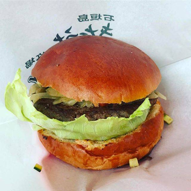 """sana on Instagram: """"有名なきたうち牧場のハンバーガーかなりのボリュームに全部食べれるか?と思ったけど、食べれました(笑)パンも野菜もハンバーグも全て美味しい!#石垣島 #きたうち牧場ハンバーガー"""" (829824)"""