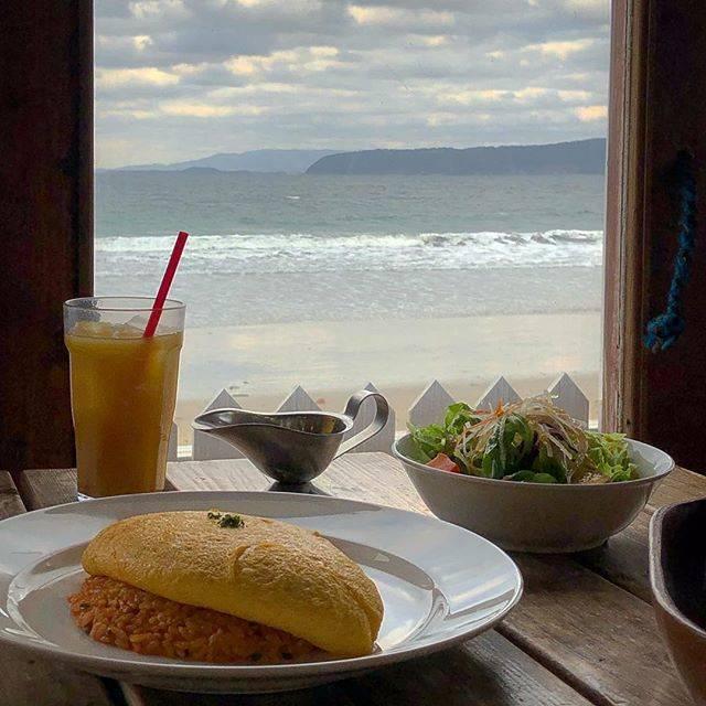 """수 연 (スヨン) on Instagram: """"이쪽 해변 일대에 오늘 서핑하시는 분이랑 나밖에 없었다ㅋㅋㅋㅋ🏄♂️ 여기 너무 와보고싶었어🥺♥️ 이제까지 저런 토로토로계의 오무라이스 중 가장 맛있었다 진짜 제일 오믈렛이 부드럽고 호로록 넘어갔당☁️ 심지어 샐러드까졍 맛있어 드레싱 내서탈🥗 맛있는…"""" (829986)"""