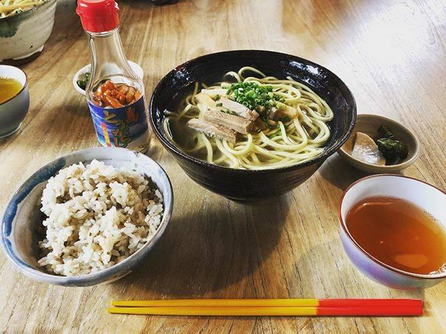 """いわさようこ🇯🇵          Yoko Iwasa on Instagram: """"初めて来た時からもう6年…変わらない味と変わらないのんびり感…私たちにとって大切なものが何かを…静かに気づかせてくれてるようだった…そうだ、ここから始まったんだ…#石垣島#石垣#来夏世 #くなつゆと読みます#大切なもの#ここから始まったんだ"""" (830629)"""