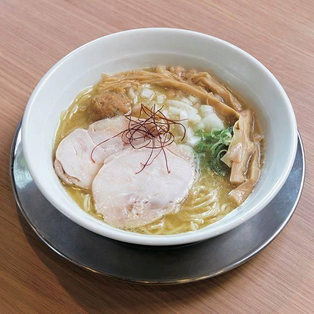 """100シリーズ📚 on Instagram: """"\ 琉球鶏白湯らーめん #アッパリ 🍥/ . 濃厚鶏白湯らーめん 850円(税込)🍜 クリーミーな鶏白湯スープに、大ぶりの鶏肉のチャーシューとつくねが入り、鶏を存分に堪能できる✨ .  スープ [ 豚 #鶏 魚 ]  味 [ 薄め 普通 #濃いめ ]  麺…"""" (830705)"""