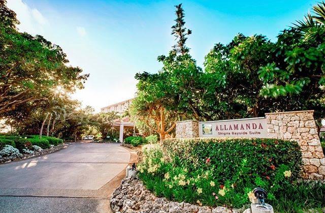 """シギラ・アラマンダ・リゾート on Instagram: """"至福のステイを . ホテル入り口まで続く、緑と花々に囲まれたゲート。 . 洗練された大人のための楽園「シギラベイサイドスイート アラマンダ」で、癒しとやすらぎのひと時をお過ごしください。 ・ 📍シギラベイサイドスイート アラマンダ 住所:宮古島市上野新里926-25…"""" (830993)"""