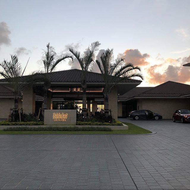 """Hiroko Hagino on Instagram: """"9月ハレクラニ沖縄日記 ハレクラニ沖縄も駐車は、バレーパーキング形式🏨🚙 スタッフが、ゴルフの出発時を覚えて下さっていたのか、Mr.ドアマンにお願いする前に、既に私達の車はエントランスに用意されていた。ホント、何気ない行き届いたサービスに感激!有難う❤️❤️ #ホスピタリティ…"""" (831200)"""