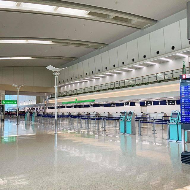 """ゴーヤ (Bitter gourd) on Instagram: """"用事があって那覇空港に来ています。 国際線はほとんど運休でターミナルはガラガラ、閑散とした状態です😭 国内線ターミナルは通常より少ないですが、まだ人いるのが救いかなぁ。 今は空港行くの少し怖いです😓  #那覇空港  #国際線ターミナル  #国内線ターミナル  #閑散  #用事…"""" (831223)"""