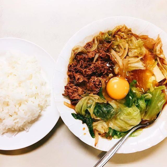 """沖縄グルメならトレバリ(trevary) on Instagram: """"沖縄の定食屋の人気おかず!一年中食べられる「スキヤキ」😂 内地にお住まいの方には「?」が思い浮かぶしれないこの料理が沖縄の「スキヤキ」なんです👏🏻✨ 沖縄のそれは鍋料理ではなく牛肉、野菜、豆腐、春雨をダシと砂糖醤油で煮込んで、真ん中に生卵を落とした立派なおかずです🍲…"""" (831296)"""
