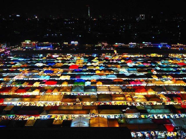 "E. Shimu on Instagram: ""Bangkok Thailand🇹🇭✌️ 噂のこのナイトマーケットは人がいすぎて食べ物セクションだけ回って退散!#bangkok #thailand #nightmarket #talatrotfairatchada #人"" (831381)"
