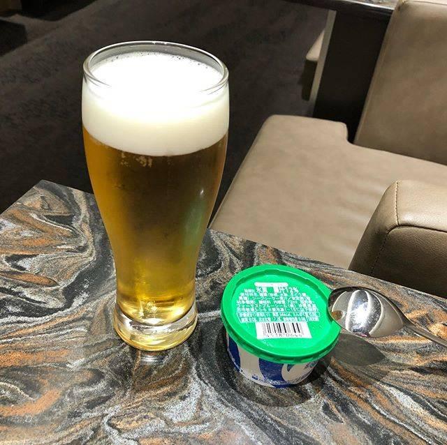 """旅する経営者 on Instagram: """"ボツ写真。那覇空港のANA SUITE LOUNGEでオリオンビールとブルーシールアイスのコラボを検討してみたものの、この2種類は別々の方がいいですね。 @flyingbusinessman  #ana #allnipponairways #staralliancegold…"""" (831997)"""