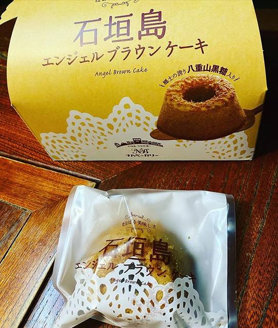 """toro_toro on Instagram: """"石垣島のお土産に購入した那覇ベーカリーさんの石垣島エンジェルブラウンケーキ。 失礼ながら余り期待はしていなかったが、これ美味しい! ケーキの底についた黒糖のキャラメル部分がスイートです。 石垣島なのに那覇って?と思ったら店主が那覇さんって事でした。…"""" (832319)"""